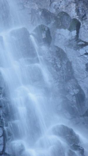 滝の中の大仏
