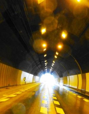 トンネルを抜けるとそこは雪国だった。