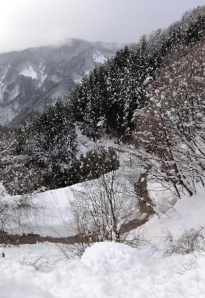 つづら折の雪道