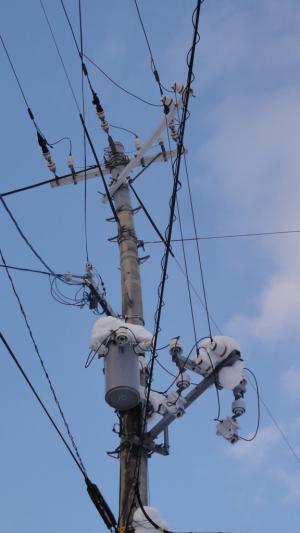 雪で曲がった電柱